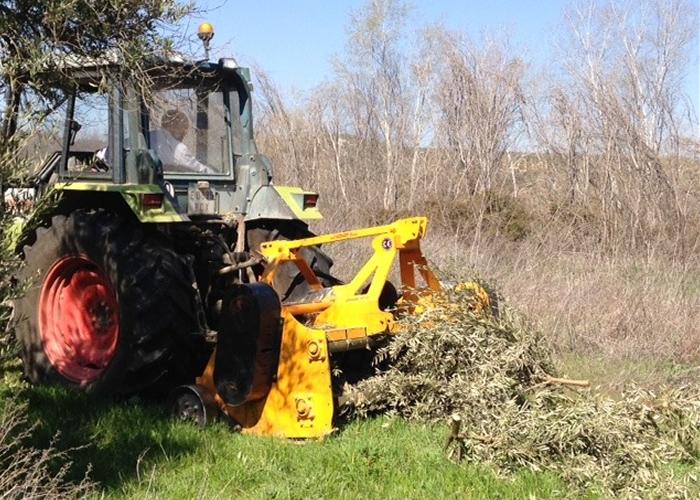 剪定枝を粉砕し畑へ。環境保全に注力。