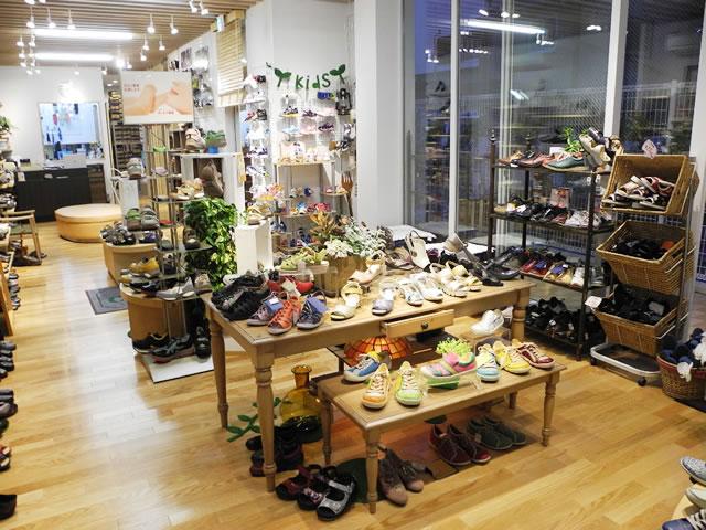 正面のテーブル型ステージ。華やかでキャッチーな商品を展示してます。