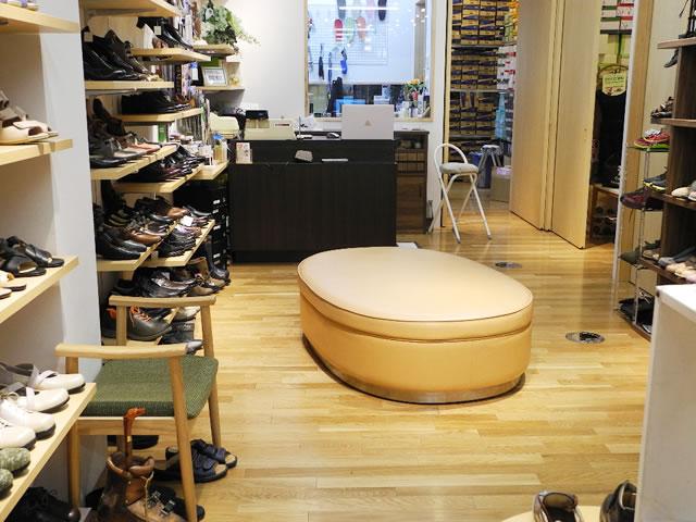 脱ぎ履きしやすい高さのフィッティングベンチ。楕円形で周囲から座ることが出来ます。左の椅子は、立ち座りが大変な方用です。