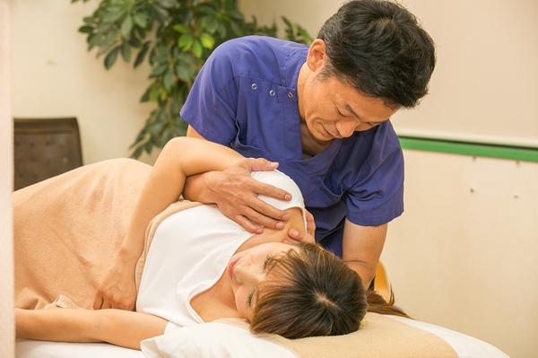千林大宮しおかわ鍼灸院の筋膜リリースカイロプラクティックの施術画像